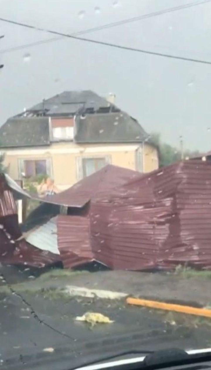 Знесені дахи, повалені дерева і травмовані люди: Закарпаттям пронісся буревій