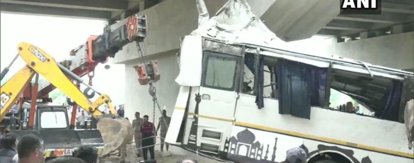 В Индии автобус слетел с трассы: погибли по меньшей мере 29 человек