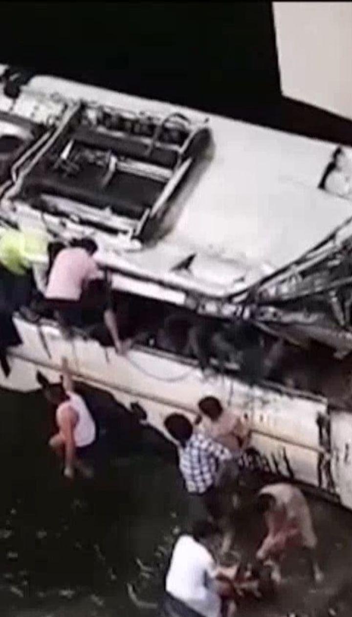 У Індії автобус злетів зі швидкісної магістралі у каналізаційні стоки: 29 людей загинули