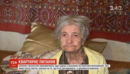 Бабуся, що живе у жахливих умовах, звинувачує своїх опікунів у зазіханні на квартиру