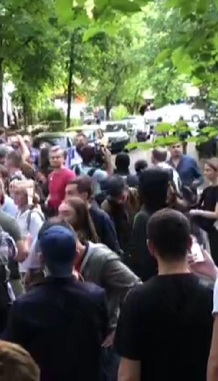 В Киеве проходит акция под стенами офиса NewsOne