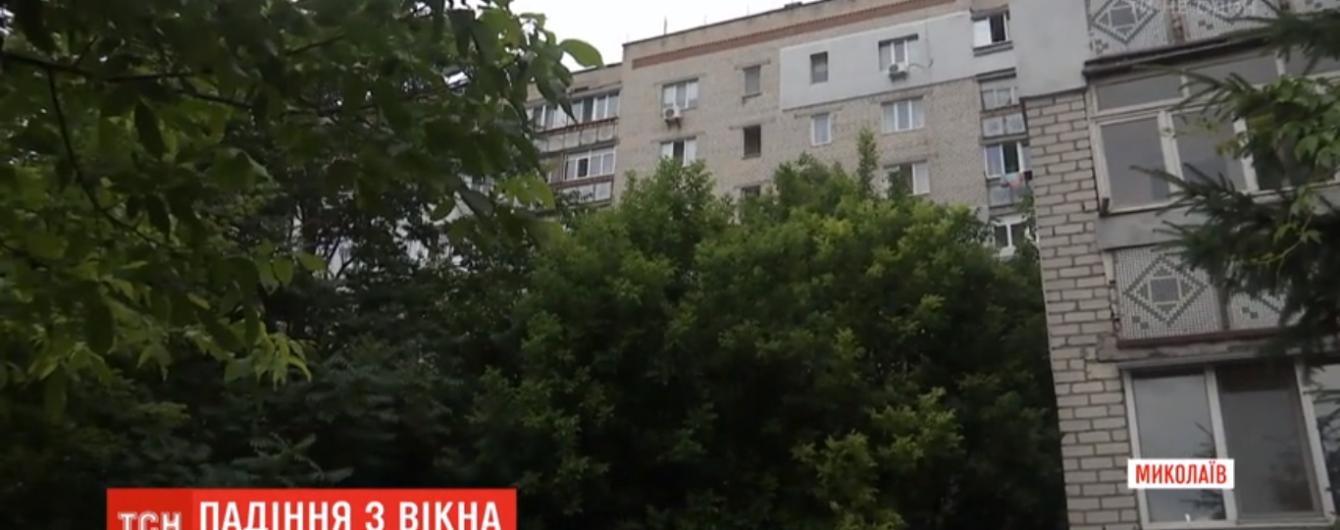"""""""Родилась в рубашке"""". В Николаеве двухлетний ребенок выпал из окна седьмого этажа"""