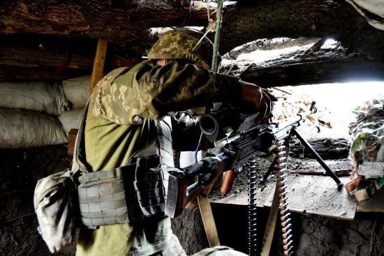 На Донбасі під час обстрілів російських окупантів двоє військових ЗСУ отримали поранення