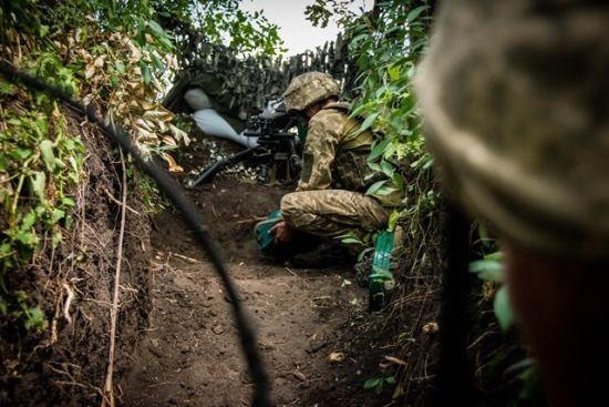 Бойовики 17 разів відкривали вогонь: боєць ООС загинув, ще троє поранені