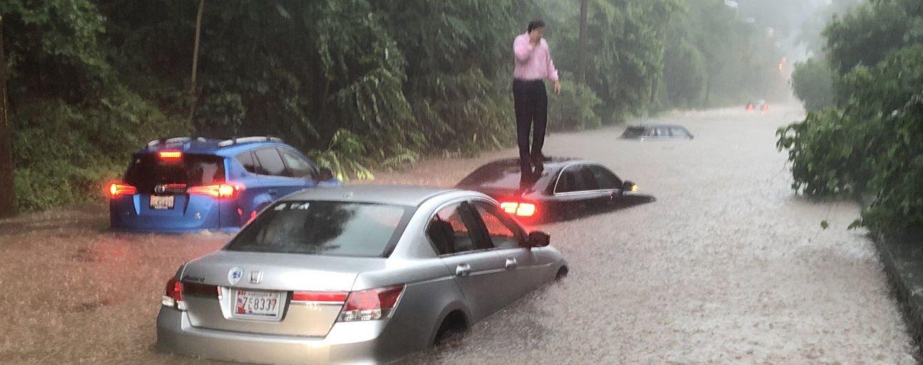 """Мощный ливень в Вашингтоне затопил дороги и """"подмочил"""" Белый дом"""