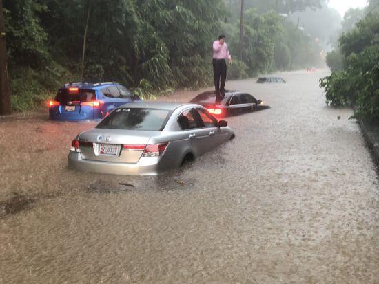 """Потужна злива у Вашингтоні затопила дороги та """"підмочила"""" Білий дім"""