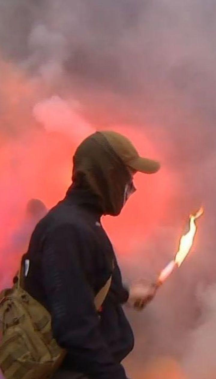 Фаєри, димові шашки та петарди: у Києві пікетували офіс телеканалу NewsOne