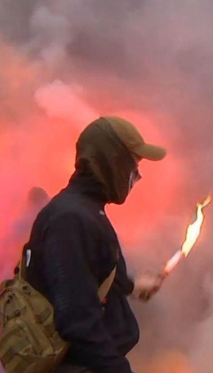 Файеры, дымовые шашки и петарды: в Киеве пикетировали офис телеканала NewsOne