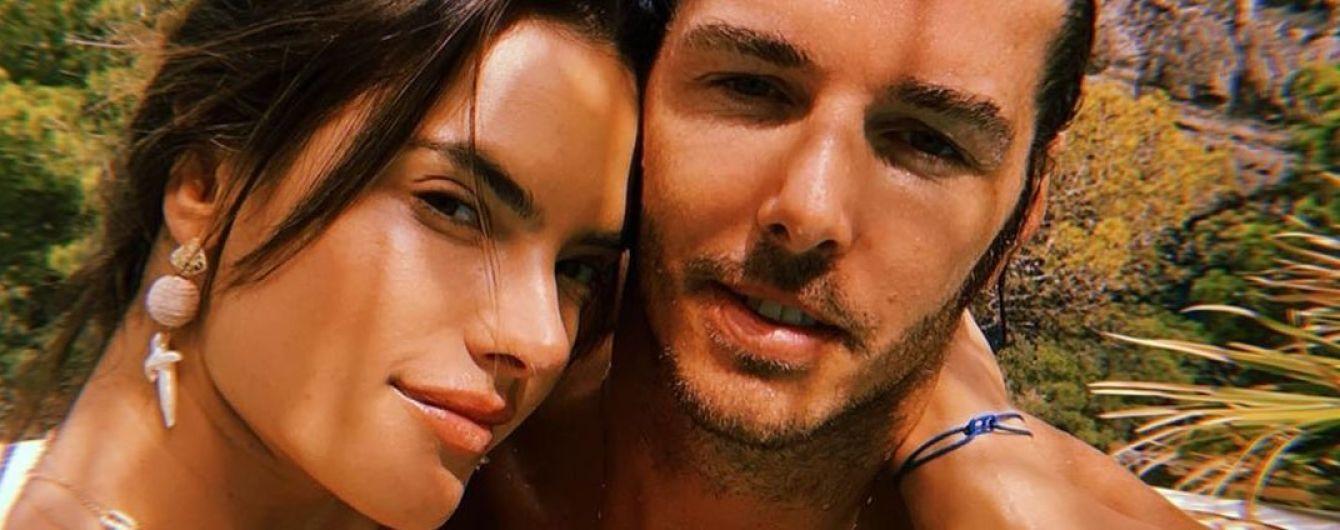 В объятиях любимого и сексуальном купальнике: Алессандра Амбросио отдыхает на Ибице