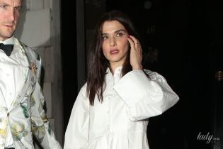 У білій сукні-сорочці: Рейчел Вайс сходила до нічного клубу