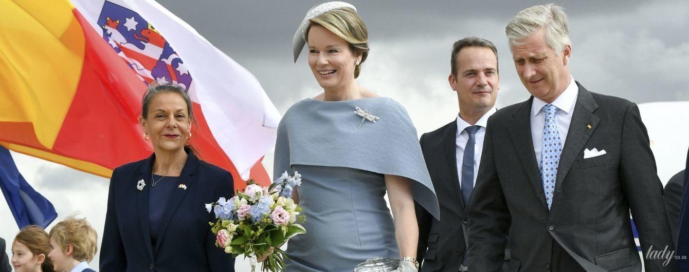В элегантном платье и со стрекозой на груди: королева Матильда с мужем-королем прибыла в Германию