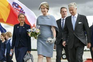 В елегантній сукні і з бабкою на грудях: королева Матильда з чоловіком-королем прибула до Німеччини