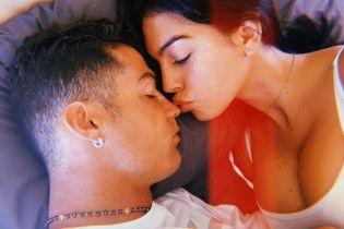 Світить декольте в обіймах коханого: Джорджина Родрігес поділилася пікантним знімком
