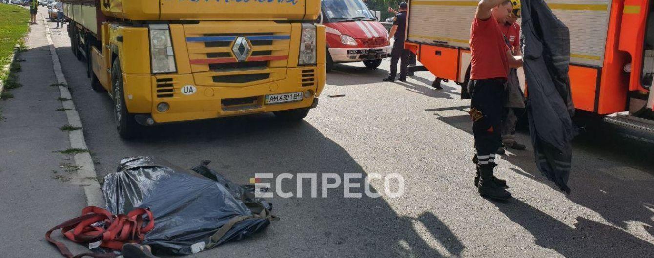 В Киеве прицеп грузовика раздавил голову водителя
