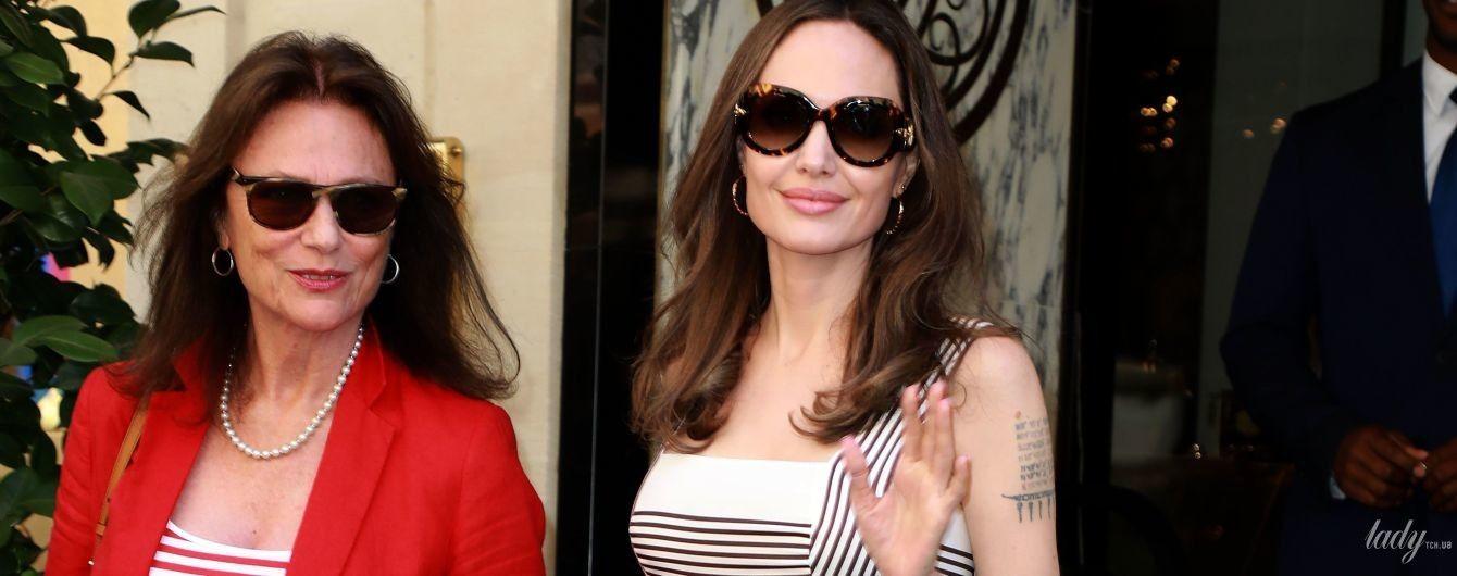 В легком летнем сарафане: Анджелина Джоли с подругой-актрисой прогулялась по Парижу