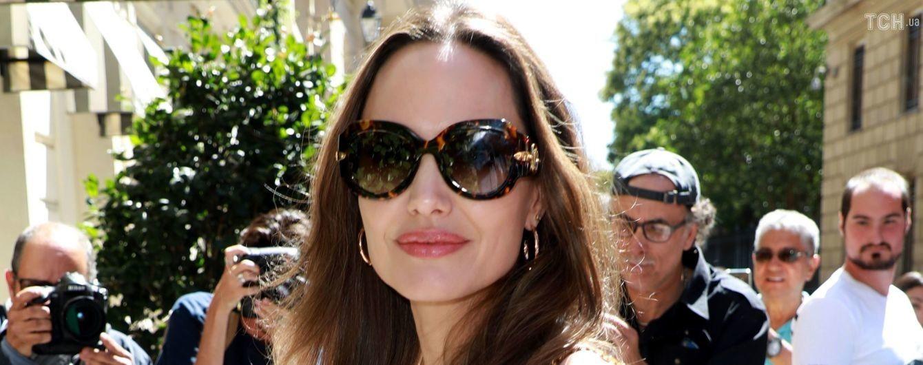 Улыбающаяся Анджелина Джоли в открытом платья вместе с крестной мамой прогулялась по улицам Парижа