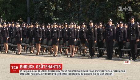 Марширование на шпильках, вальс и дипломы из рук Авакова - как прошел выпуск в НАВД