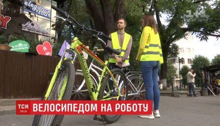 В Черновцах десятки горожан вместо автобусов сели на велосипеды
