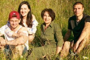 В романтичном платье и с семьей: красивая Соломия Витвицкая снялась в фотосессии на Прикарпатье