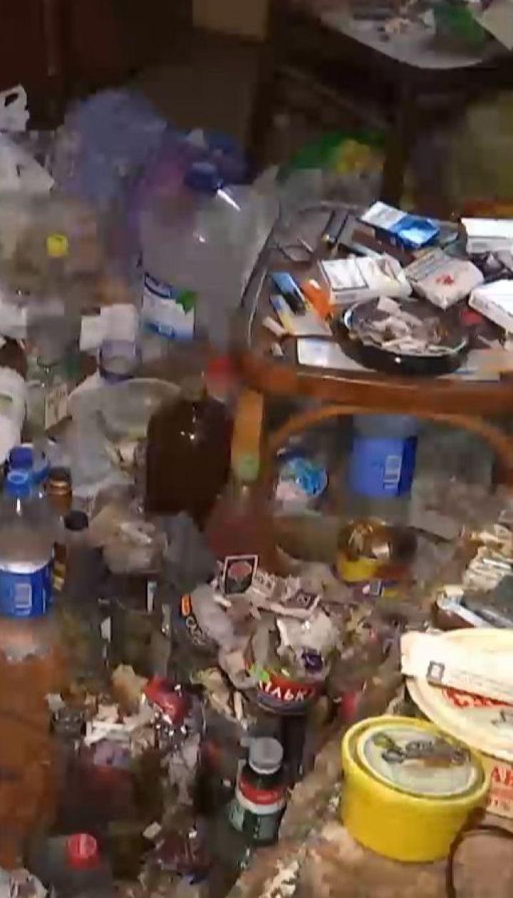 В Винницкой области люди пытаются обуздать соседа, который превратил квартиру в сплошной туалет