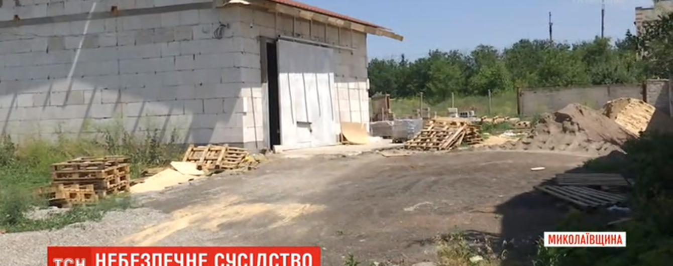 На Николаевщине мужчина организовал цех по изготовлению тротуарной плитки вплотную к домам. Люди жалуются на шум