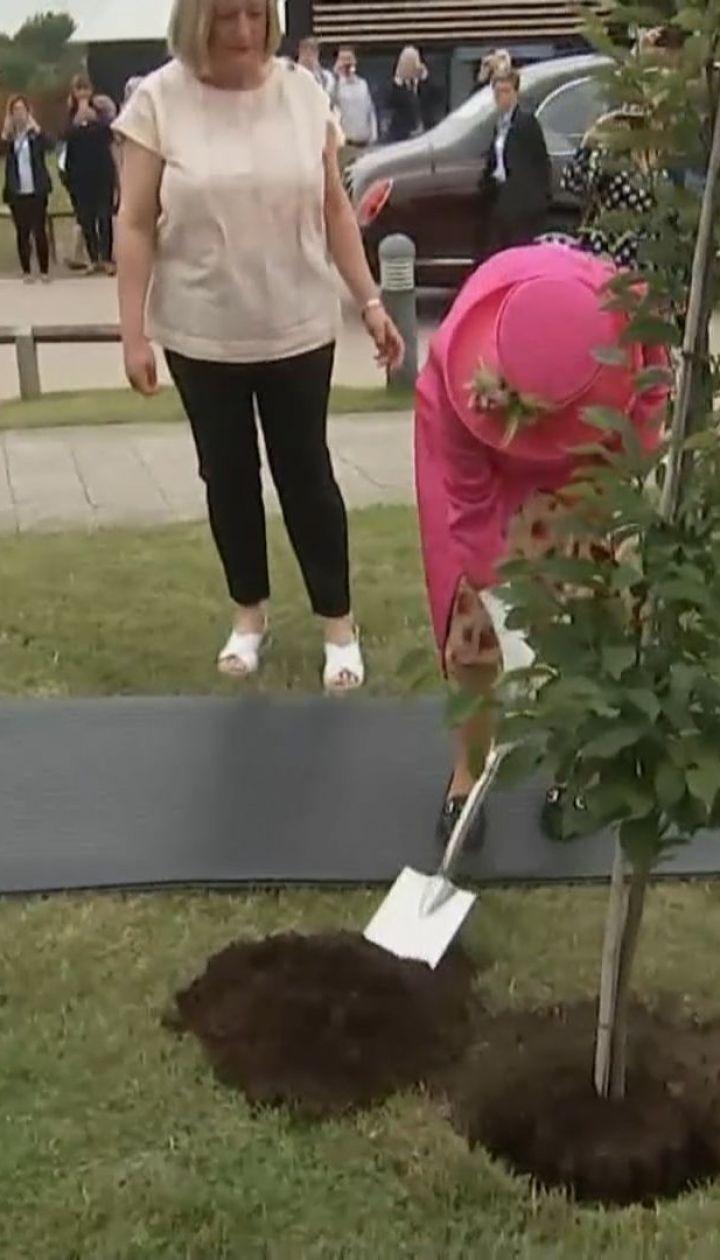 Елизавета Вторая удивила участников торжественного мероприятия, неожиданно взявшись за лопату
