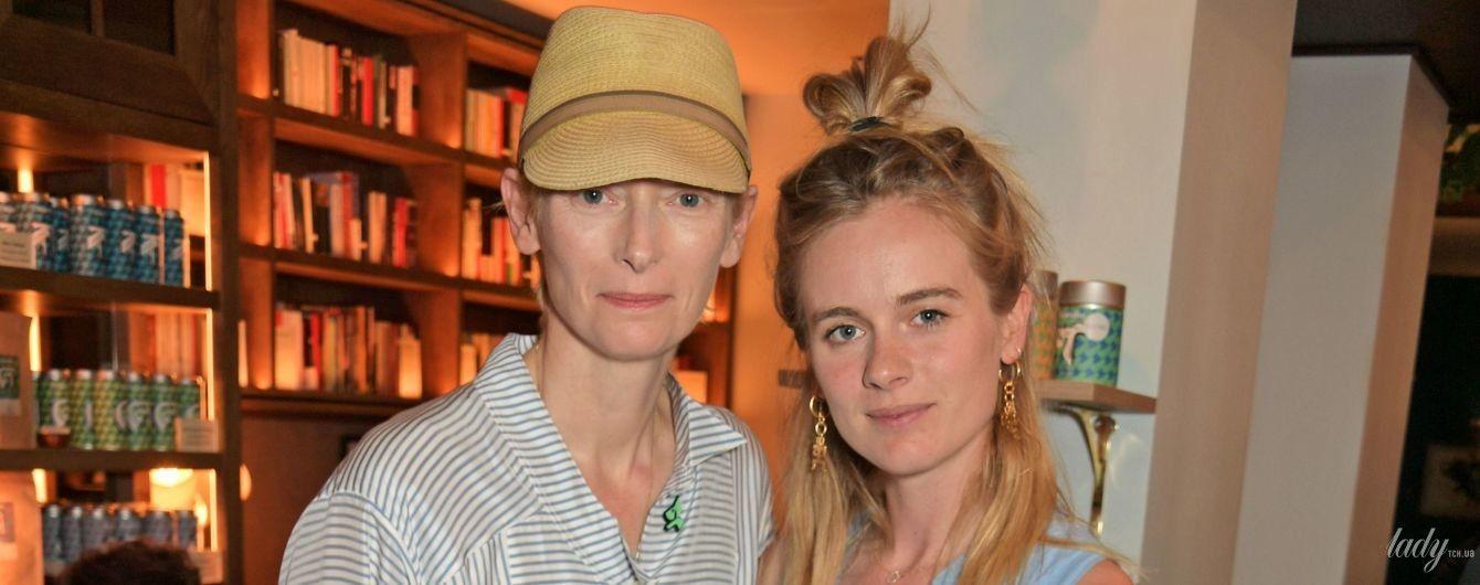 Тильда Суинтон в платье-рубашке, а Крессида Бонас - в объемном сарафане: звезды посетили светский прием