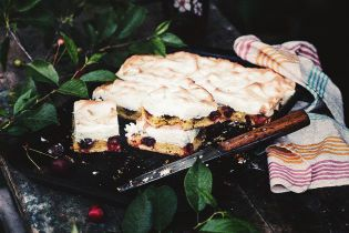 Пиріг з вишнями та меренгою