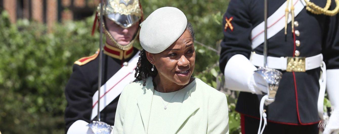 Ей к лицу: мама герцогини Сассекской появилась на церемонии крещения внука в наряде любимого бренда