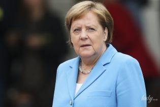 В голубом жакете и с ожерельем на шее: Ангела Меркель на деловой встрече