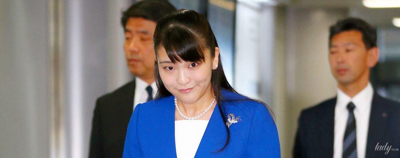 У сукні-футлярі і синьому жакеті: японську принцесу Мако в елегантному аутфіті заскочили в аеропорту