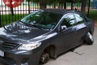 У Києві на Русанівці злочинці-дилетанти не змогли до кінця вкрасти колеса з авто