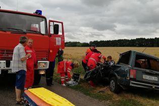 """Водитель """"Жигулей"""" пострадал в серьезной аварии с трактором на Киевщине"""
