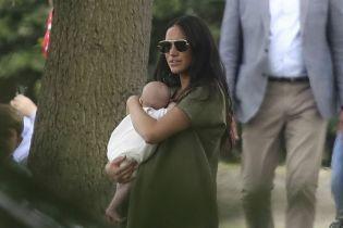 Меган в платье балахоне с крошечным сыном на руках поддержала принца Гарри на игре в поло
