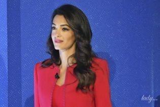 Стройная и стильная: Амаль Клуни в красном платье на деловом мероприятии в Лондоне