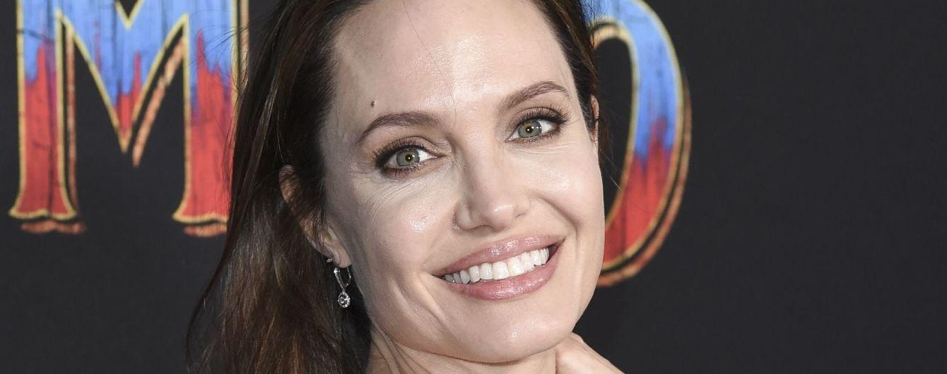 Игривую Анджелину Джоли в одной только ночной рубашке застали на балконе