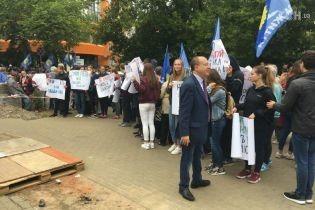 Партія Медведчука-Бойка зігнала пенсіонерів і студентів підтримати свій канал NewsOne