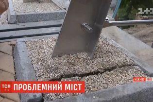 Киевлян обеспокоила новая трещина в пешеходном мосту: архитектор объяснил причину