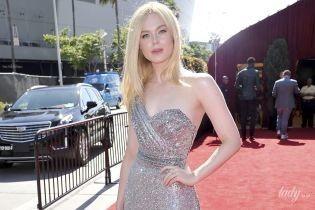 Вона прекрасна: Ель Феннінг вийшла на червону доріжку у сріблястій сукні