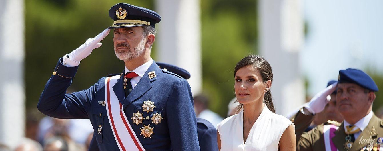 У білій блузці і спідниці в смужку: стильна королева Летиція на урочистому параді