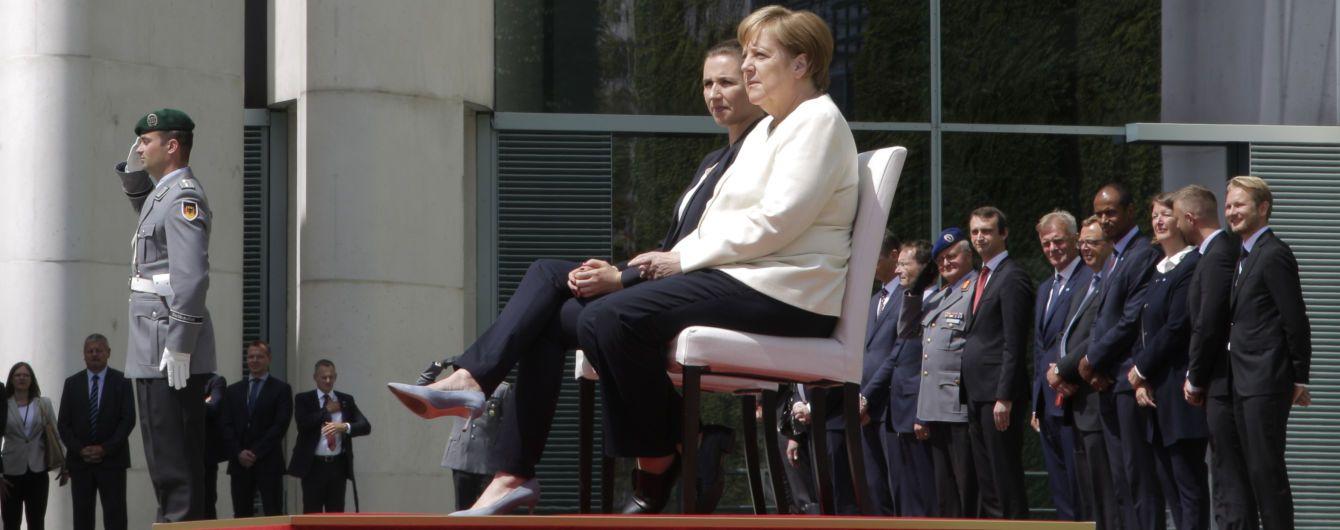 """""""Я скористаюсь ними наступного разу"""": Меркель спіткнулась на сходах під час ділового заходу у Берліні"""