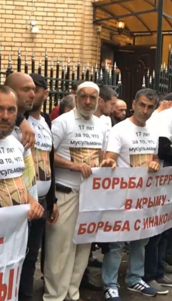 Близько сотні кримських татар приїхали до Москви, аби підтримати чотирьох засуджених співвітчизників