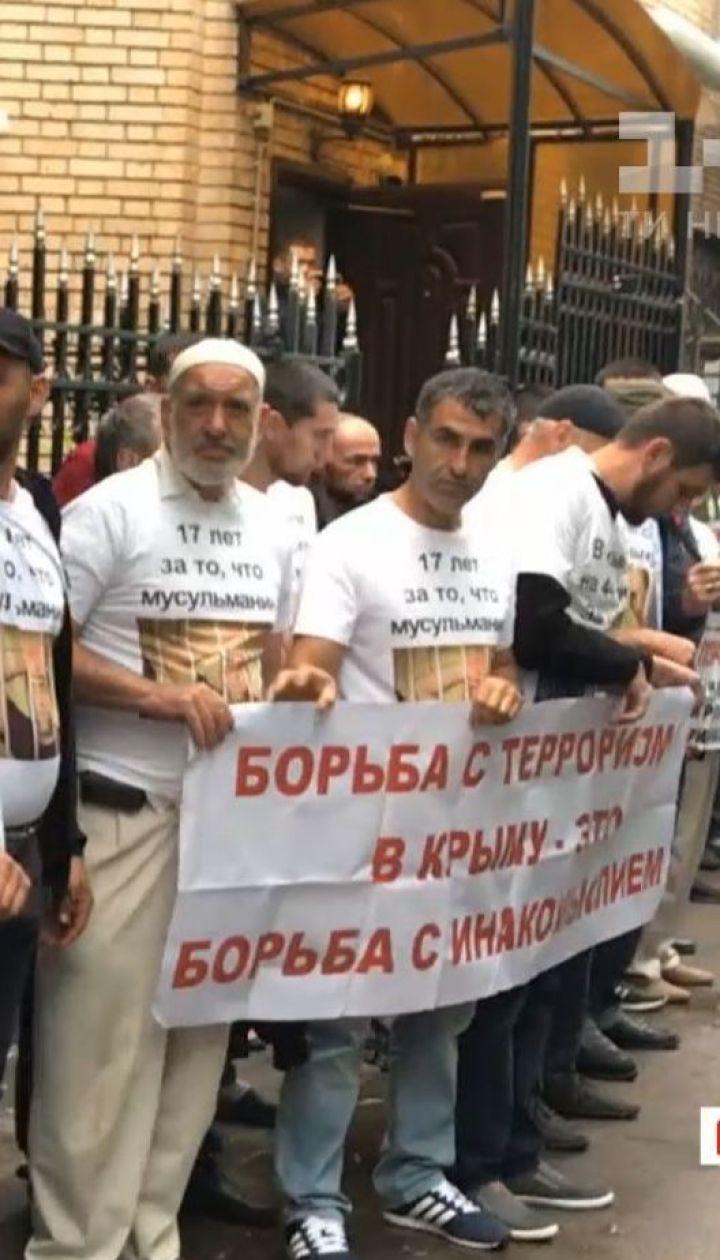 Около сотни крымских татар приехали в Москву, чтобы поддержать четырех осужденных соотечественников