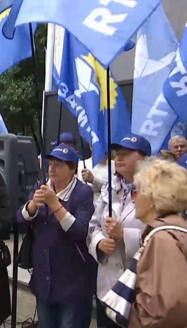 Під офісом NewsOnе проплачені активісти вимагали відновлення телемосту з Росією