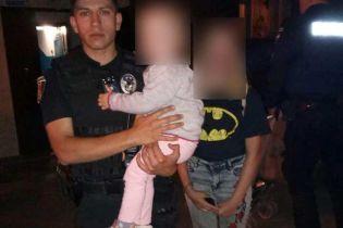 """У Полтаві п'яна матір пізно ввечері залишила дітей на вулиці та пішла """"за добавкою"""""""