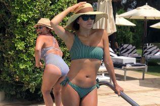 У чудовій формі: Єва Лонгорія в купальнику позувала біля басейну