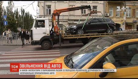 У столиці інспектори з паркування почали евакуацію автомобілів-порушників
