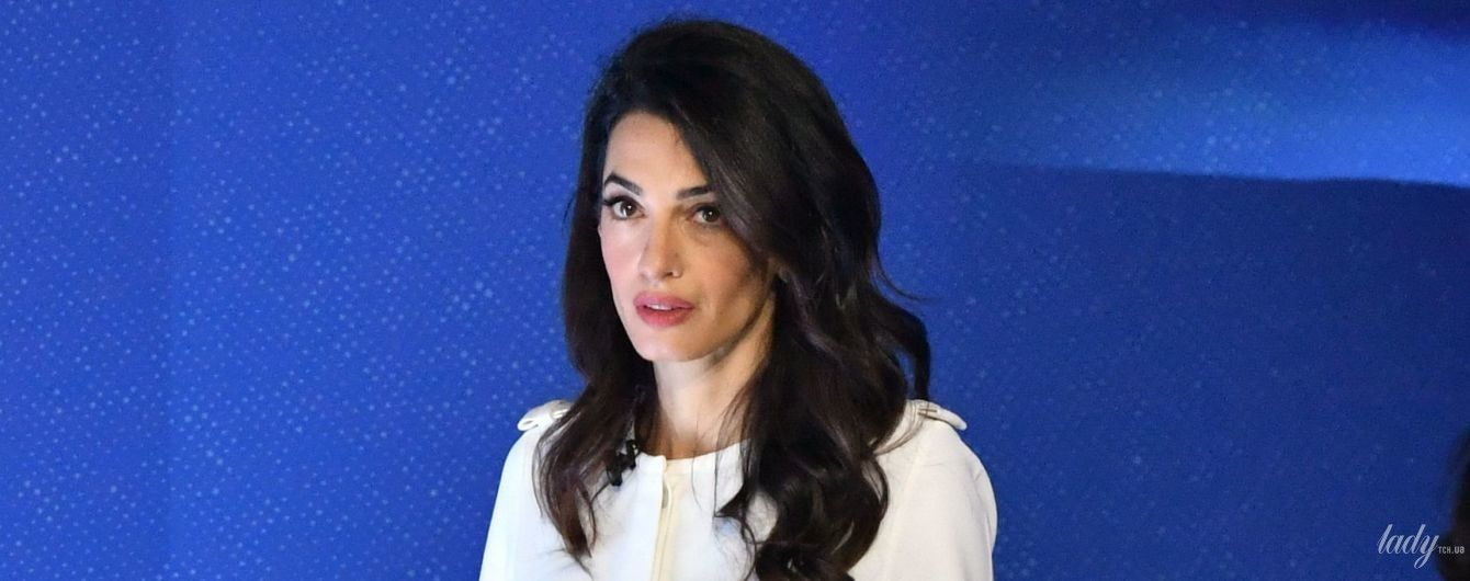 В белом комбинезоне и с идеальной укладкой: стильная Амаль Клуни на конференции в Лондоне