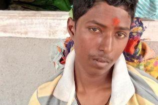 """В Индии мать спасла """"умершего"""" сына от кремации, заметив слезы на его глазах"""