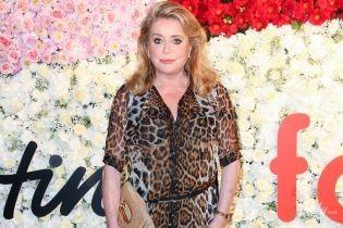 Зате в тренді: 75-річна Катрін Деньов засвітила бюстгальтер в леопардовій сукні
